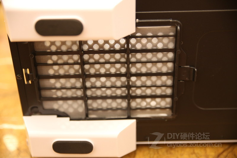硬盘仓位,这里可放置3个3.5寸硬盘或3个2.5寸硬盘-次时代机箱 先马